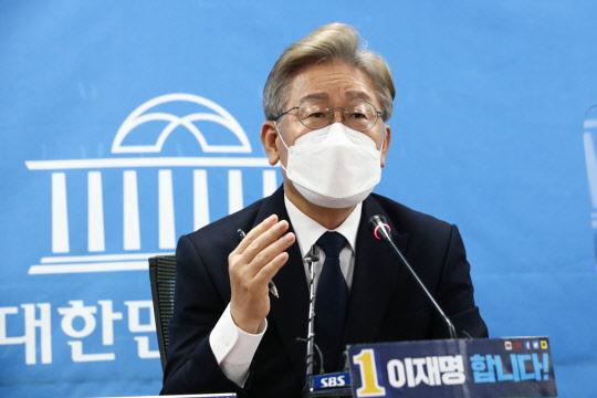 이재명, 전국민 年 100만원 기본소득 공식화… 여야 `집중포화`
